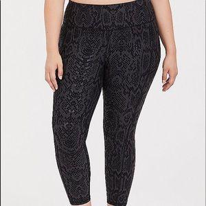 Nwt Torrid size 2 Snakeskin print crop leggings